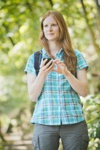 Frau bedient GPS Gerät