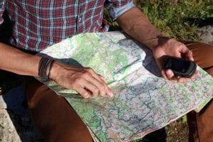 Mann mit Landkarte und GPS